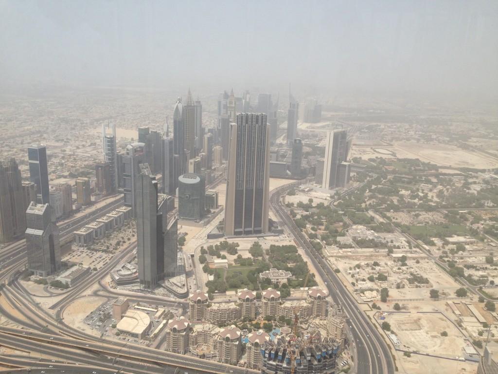 Pohled na ulici vedoucí do Abu Dhabí, jedná se o ulici, kde byl postaven první mrakodrap v roce 1989