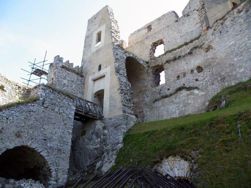 Uvnitř hradu