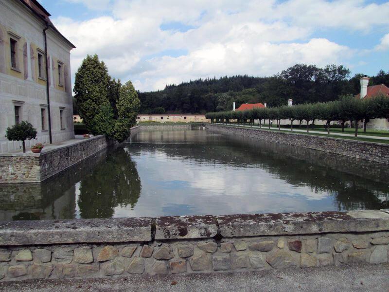 I přes nepříznivý podklad dokázali stavitelé vybudovat v 16. století zámek s vodním příkopem