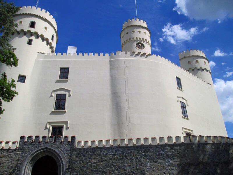 Současnou podobu dalo zámku mnoho přestaveb během staletí