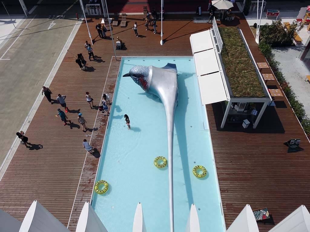 Pohled z českého pavilonu na bazén
