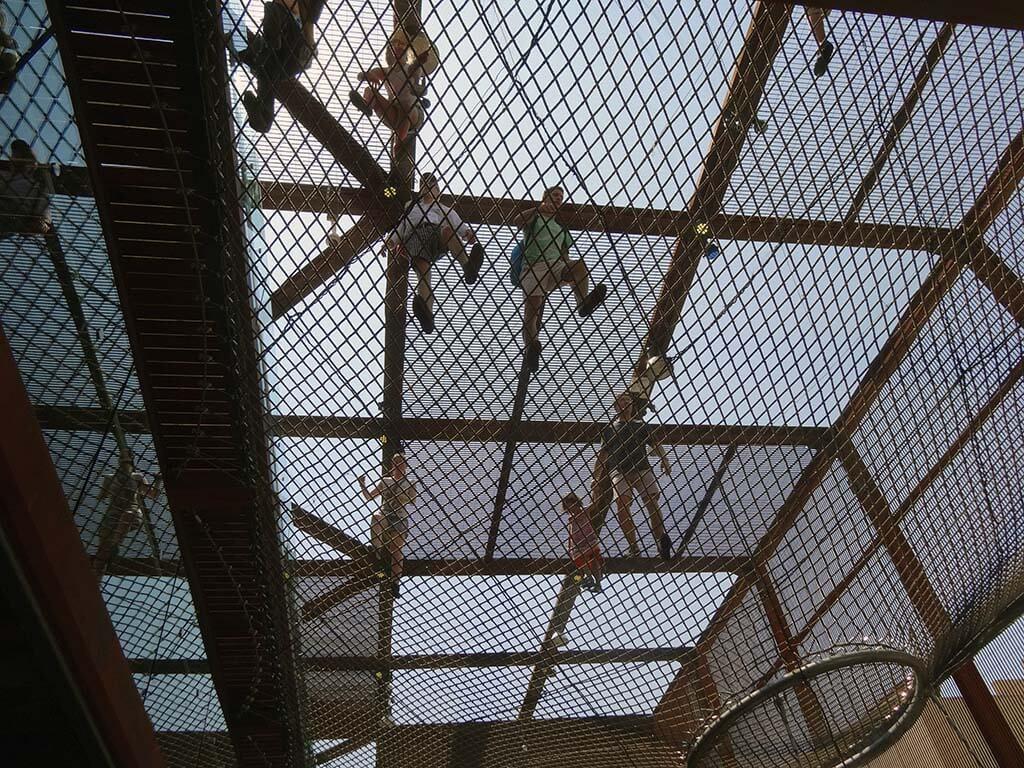 Pohled na síť v pavilonu Brazílie - Netradičně zespoda
