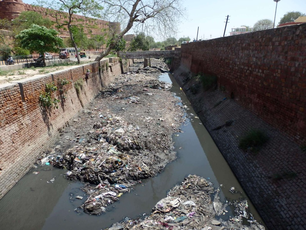 Kontrasty typické pro Indii: Za světoznámou památkou stoka plná odpadků