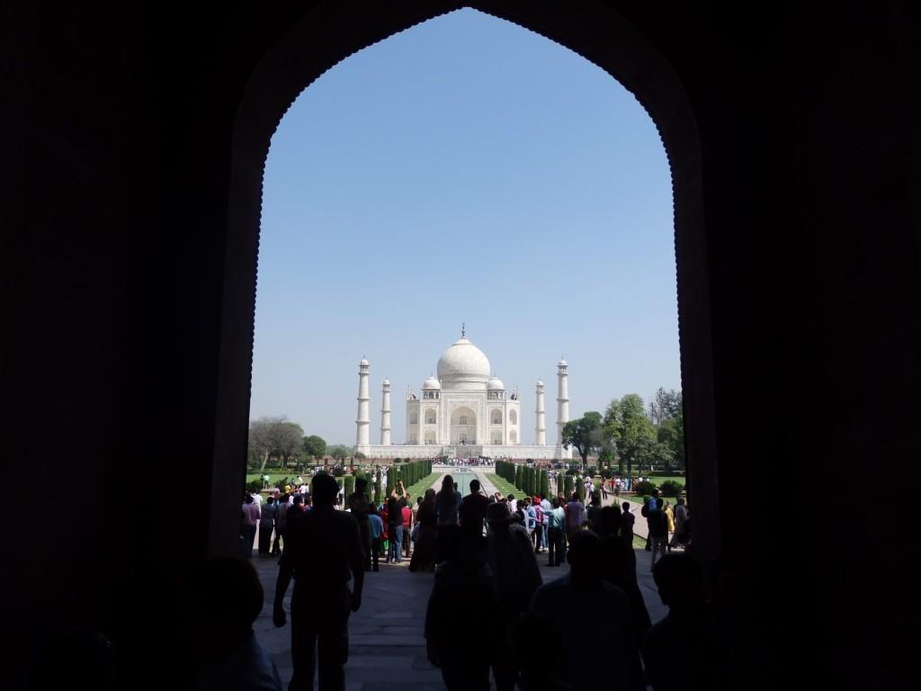 Na Taj Mahal se vyplatí si přivstat