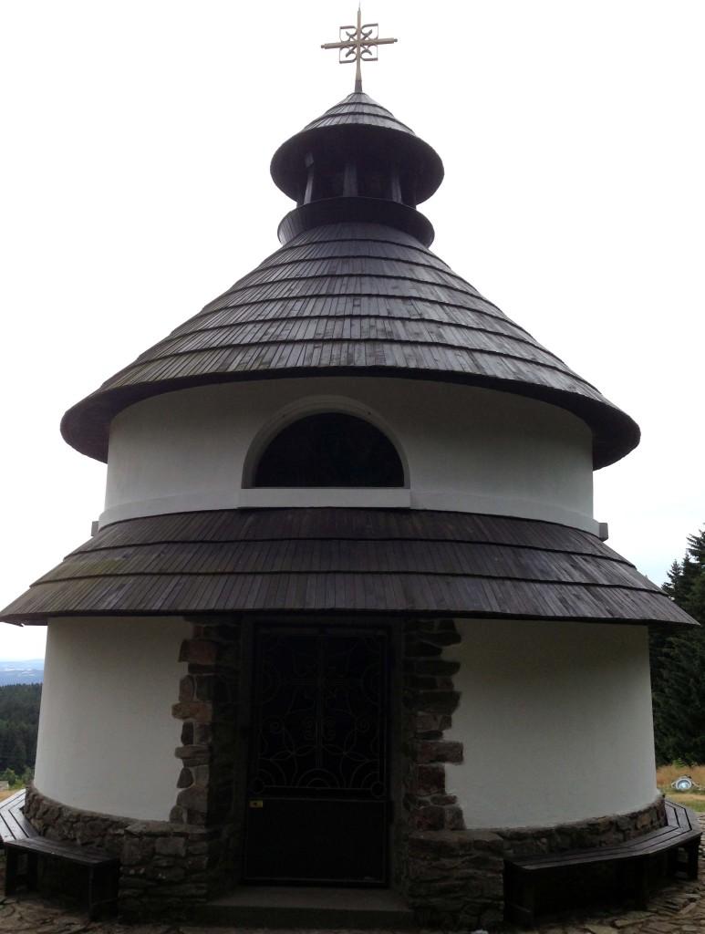 Asi 500 metrů pod rozhlednou se nachází kaple (rotunda) svatého Antonína Peruánského
