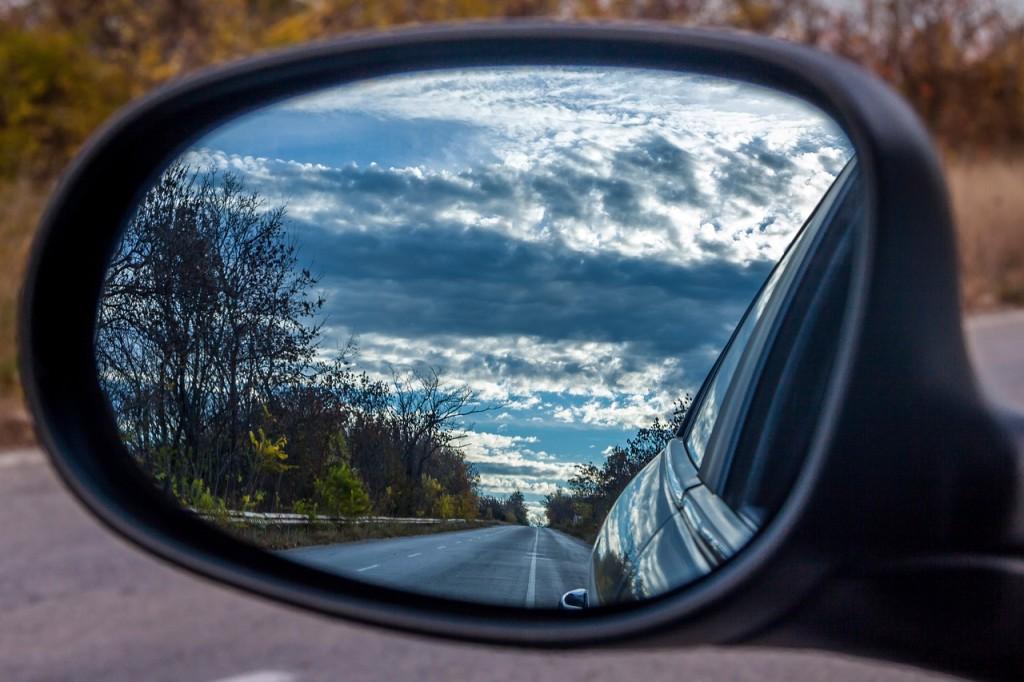 Jízda autem, pohled do zpětného zrcátka