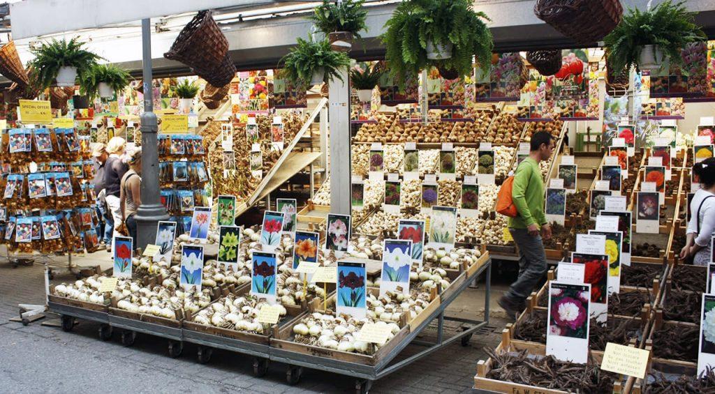Jeden ze stánků na Bloemenmarkt