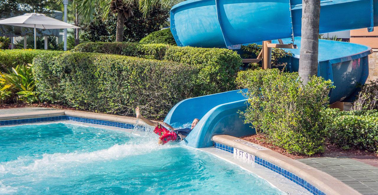 Hotelový bazén s tobogánem