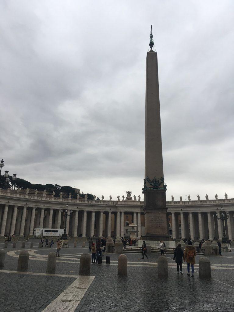 Pohled na Svatopetrské náměstí s obeliskem