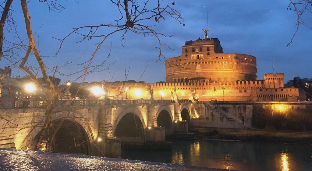 Pohled na osvětlený Andělský hrad