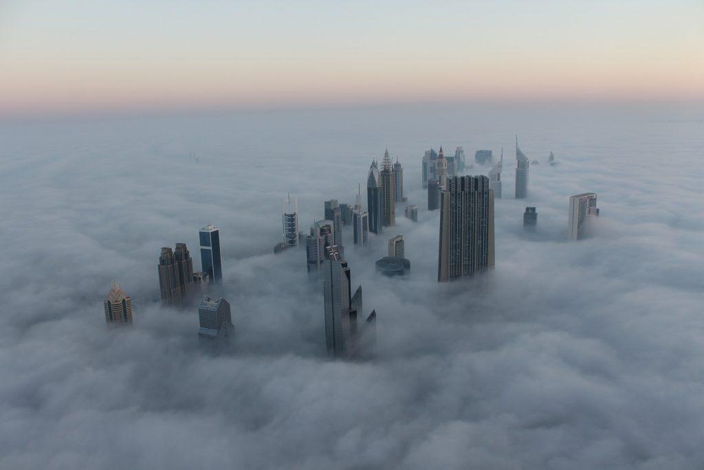 Mlha v Dubaji, ze které vystudují mrakodrapy, pohled z letadla