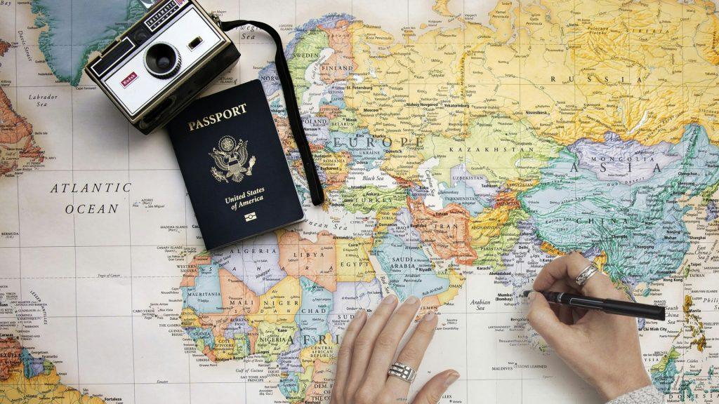 Cestování, pas, mapa, fotoaparát